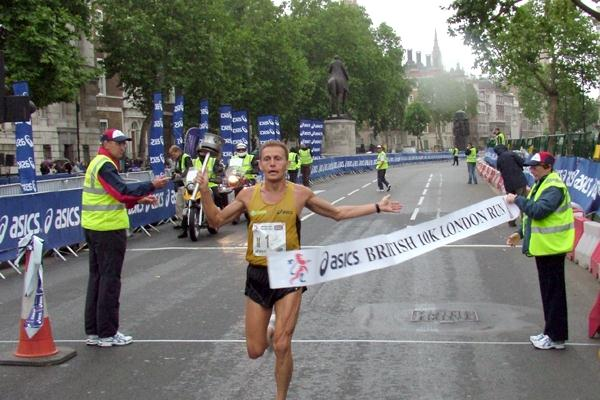 Stefano Baldini wins the 2008 British 10km in London (loc)