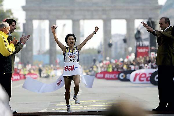 Mizuki Noguchi wins the 32nd real,- Berlin Marathon in an Asian record (Getty Images/Bongarts)