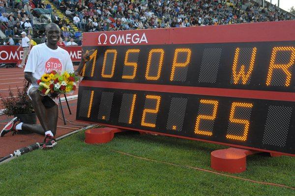 Moses Mosop with his World record clock for 25,000m in Eugene (Kirby Lee)