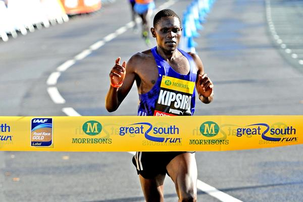 Moses Kipsiro wins the 2015 Great South Run (Mark Shearman)