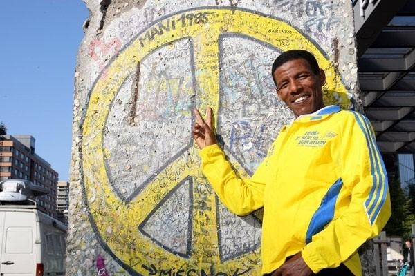 Haile Gebrselassie relaxing in Berlin (Victah Sailer)