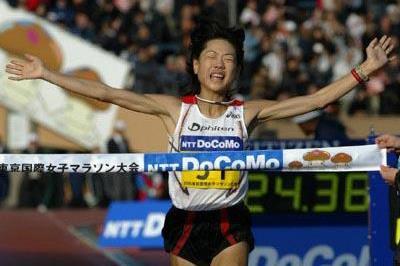 Naoko Takahashi winning the 2005 Tokyo Women's Marathon (Koichi Nakayama/Agence SHOT)