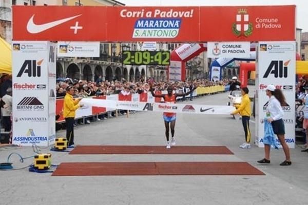 Ben Chebet wins the Maratona di Sant'Antonio in Padua in a course record (LOC)