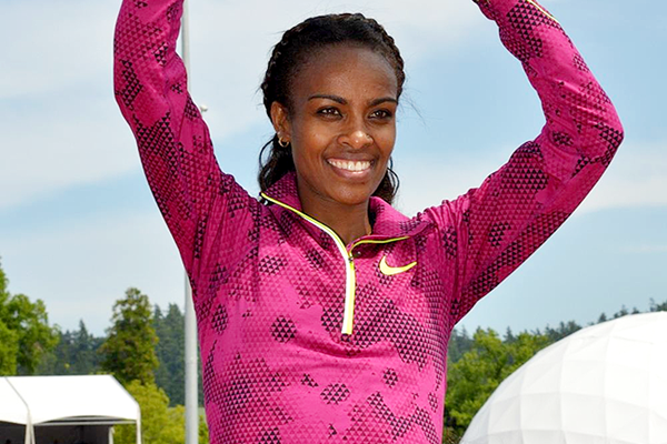 Genzebe Dibaba with her Outstanding Athlete Award at the 2015 IAAF Diamond League meeting in Eugene (Kirby Lee)