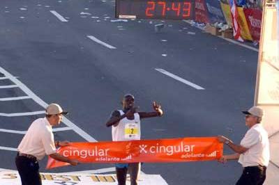 Wilson Kiprotich breasts the finishing tape in San Juan (islandphoto)