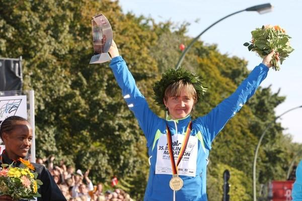 Irina Mikitenko celebrates in Berlin (Victah Sailer)