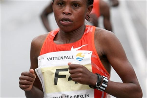 Pasalia Kipkoech on her way to victory in the women's race at 2010 Vattenfall Berlin Half Marathon (Victah Sailer/photorun.net)