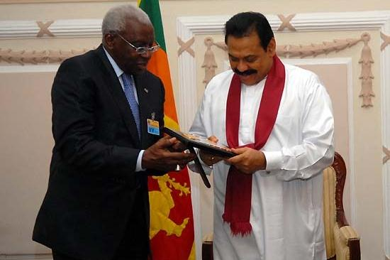 President Diack presents Sri Lankan state President Mahinda Rajapaksa with an IAAF Plaque (IAAF.org)