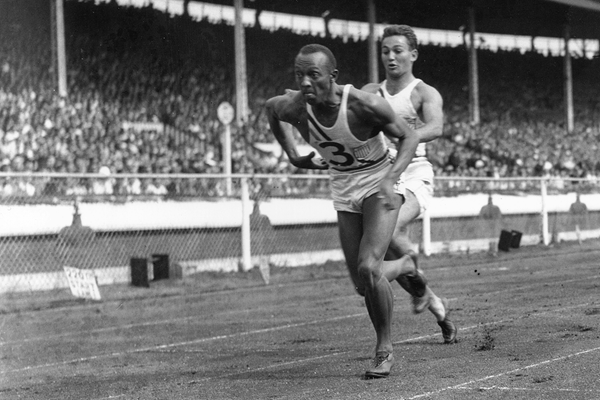 Jesse Owens in action in the 4x100m (Getty Images)