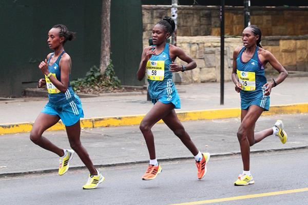 Emily Chepkorir (center) before going on to win the Santiago Marathon (Oscar Munoz Badilla)