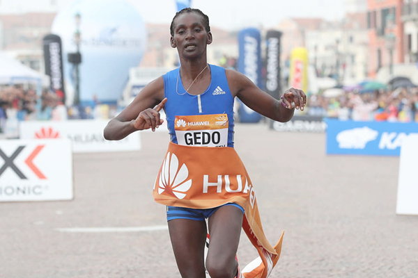 Sule Utura wins the Venice Marathon (Giancarlo Colombo / organisers)