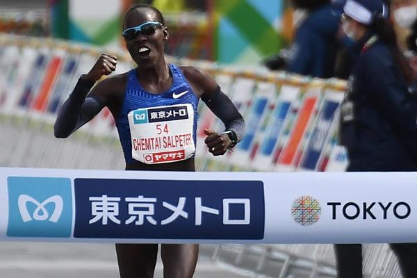 Lonah Chemtai Salpeter wins the Tokyo Marathon (AFP / Getty Images)