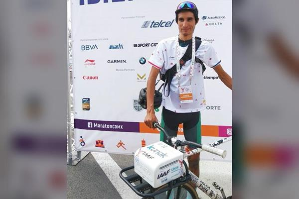 Luis Eduardo Gonzalez, who recorded the air quality at the Mexico City Marathon (Kunak)