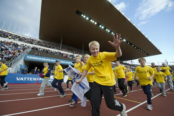 Kids from the Vattenfall Cup parade in Helsinki's Olympic stadium (SUL / Vattenfall)