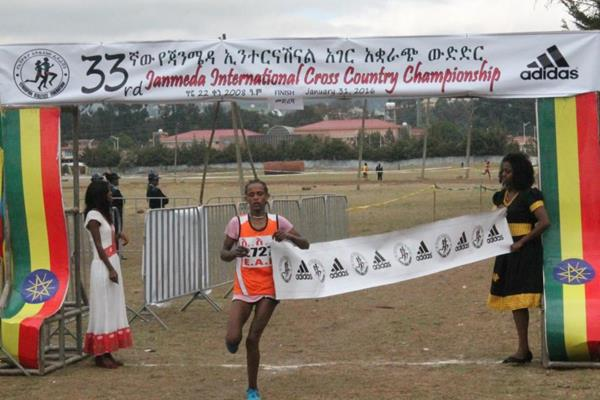 Enatnesh Alamirew winning at the 2016 Jan Meda International cross country meeting (Leoul Tadesse)