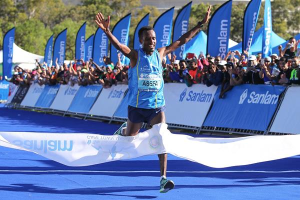 Asefa Negewo wins the Cape Town Marathon (Roger Sedres/Images SA (organisers))