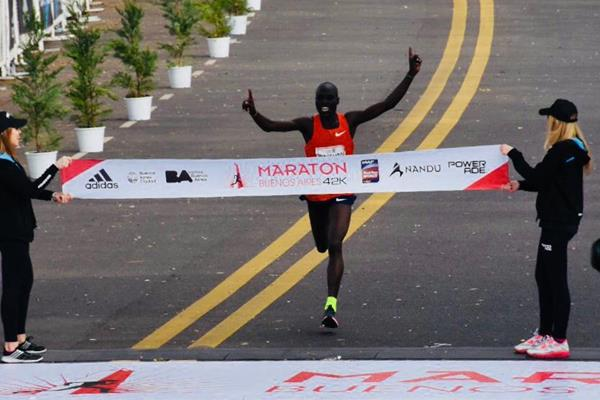 Emmanuel Saina breaks the South American all-comers record at the Buenos Aires Marathon (Organisers)