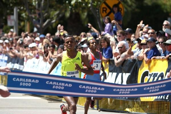Daba Bekana wins the 2009 Carlsbad 5000 in a tight finish with Abreham Cherkos (Victah Sailer)