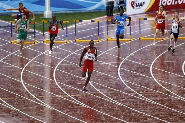 Jehue Gordon powers through the rain to comfortably make it into the 400m Hurdles final (Getty Images)