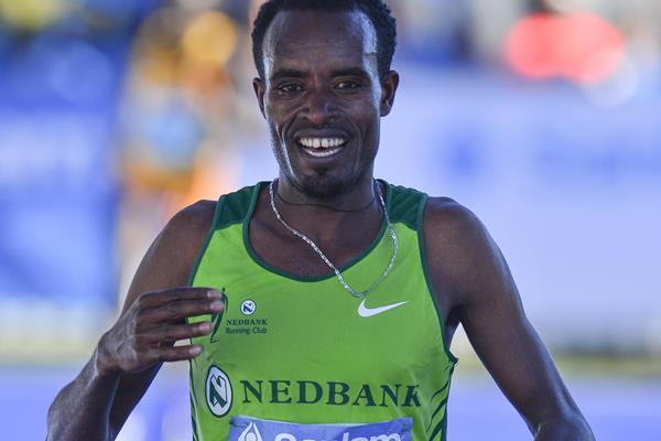 Asefa Negewo of Ethiopia wins the 2016 Sanlam Cape Town Marathon (Roger Sedres)