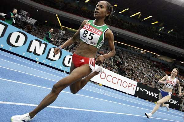 Meseret Defar takes the final bend on the way to defending her World Indoor title (AFP / Getty Images)