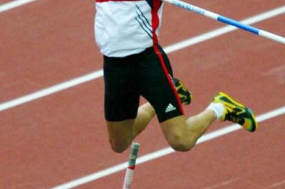 Tim Lobinger in action in the pole vault (Getty Images)