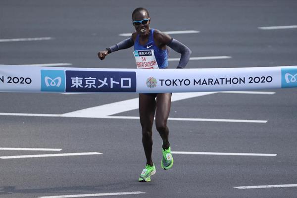 Lonah Chemtai Salpeter winning the Tokyo Marathon (Getty Images)