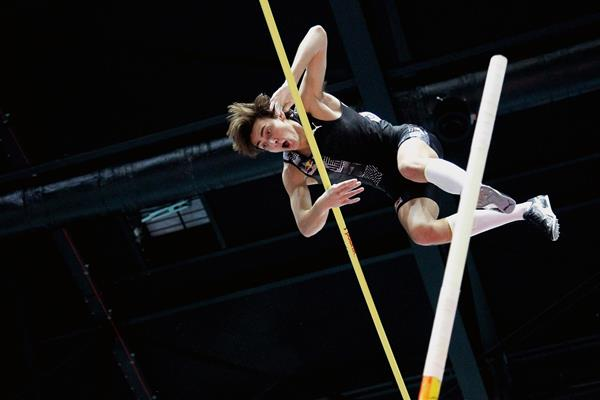 Armand Duplantis scales 6.17m to break the world pole vault record in Torun (Jean-Pierre Durand)