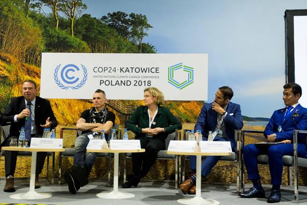 Andy Hunt (l), CEO of the World Sailing Federation, addresses the panel discussion 'Sports for Climate Action' at COP24 in Katowice (cop24.gov.pl)