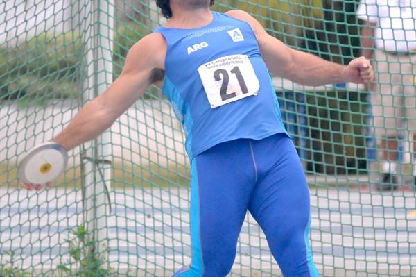 Argentina's German Lauro spinning to victory in the Discus Throw (Eduardo Biscayart)