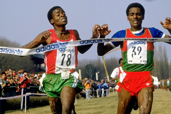 Wilfred Kirochi (left) wins the U20 race at the 1987 World Cross Country Championships (Getty Images)