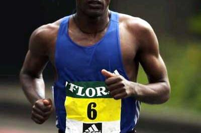 Tesfaye Tola running in the 2002 London Marathon (Getty Images)