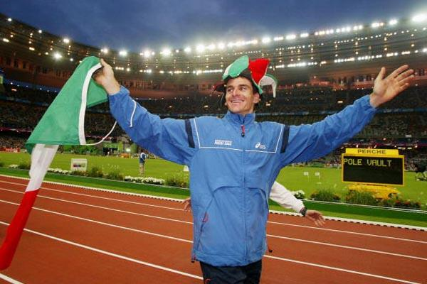 Giuseppe Gibilisco celebrates winning the men's pole vault (Getty Images)