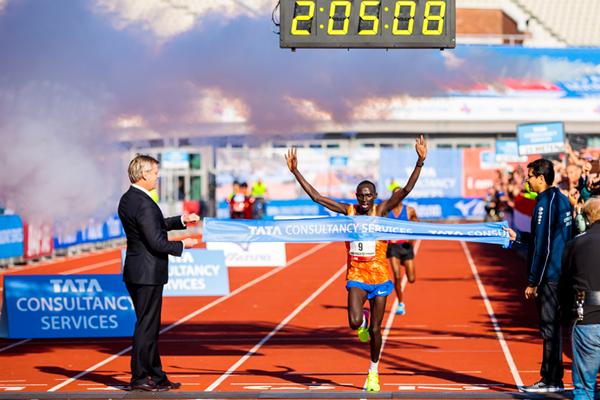 Lawrence Cherono wins the Amsterdam Marathon (Organisers)