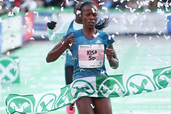 Janet Kisa wins the 5km at the BOclassic (Giancarlo Colombo)