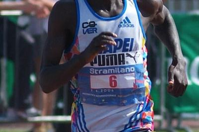 Paul Kimugul en route to his 1:00:49 win at the Stramilano (Lorenzo Sanpaolo)