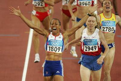 Kelly Holmes of Great Britain takes gold in the 1500m (Getty Images)