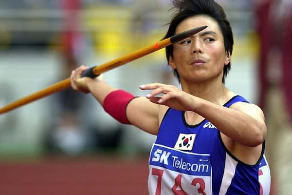 Lee Young-Sun successfully defends Asian Games Javelin title (Gray Mortimore)