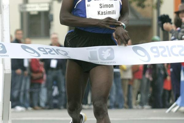 Simon Kasimili takes the inaugural Berlin Grand 10 (berlin-runs.com/J. Engler)