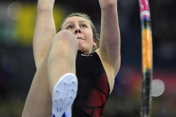 Holly Bleasdale pole vaulting in Birmingham (Getty Images)