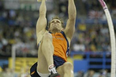 Rens Bolm (NED) in action in the men's pole vault final (Getty Images)