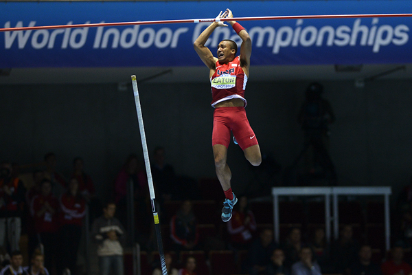 Ashton Eaton in the heptathlon pole vault at the IAAF World Indoor Championships (AFP / Getty Images)