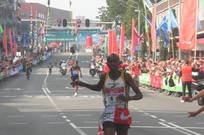 Sammy Kitwara winning the 24th Dam tot Damloop (Organisers)