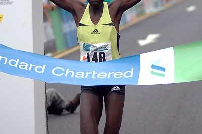 Salina Kosgei wins the 2006 Standard Chartered Singapore Marathon (c)