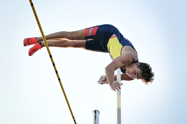 Mondo Duplantis in action at the Diamond League meeting in Lausanne (AFP / Getty Images)