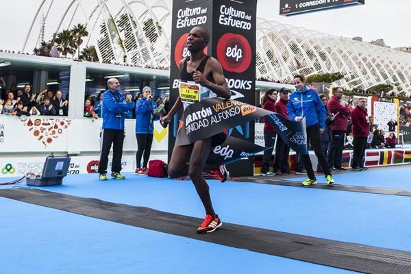 Victor Kipchirchir winning the 2016 Valencia Marathon (organisers)
