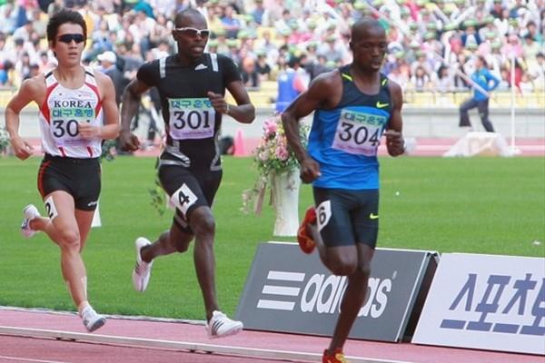 Wilfred Bungei preparing to kick past Justus Koech in Daegu (Daegu 2011)