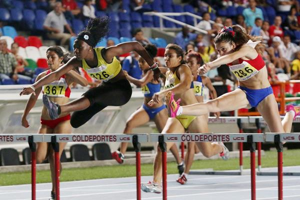 Maribel Caicedo (left) on her way to a South American youth record in the 100m hurdles (Diego Sinisterra / organisers)