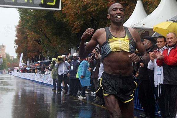 Kasime Adilo Roba takes the Istanbul Marathon (organisers)