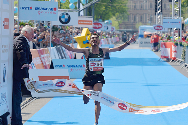 Salaheddine Bounasser wins the Vienna City Marathon (Organisers / Herbert Neubauer)